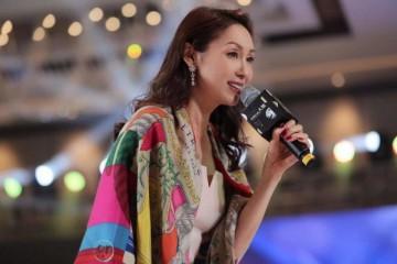 香港名媛郭可盈气质真好穿白色连衣裙配印花披肩优雅又高贵